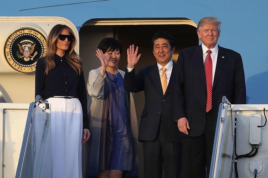 2017年2月10日下午,特朗普夫婦與來訪的日本首相安倍晉三伉儷一起搭乘空軍一號飛往佛羅里達的棕櫚灘,在那裡的度假村一起過周末。(Joe Raedle/Getty Images)