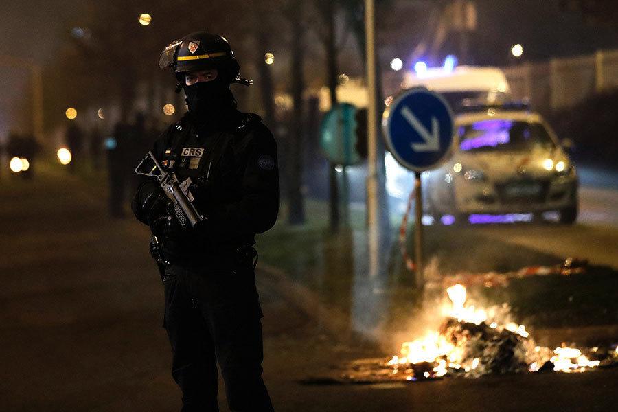 法數千人抗議警察羞辱非裔 暴徒燒車搶劫