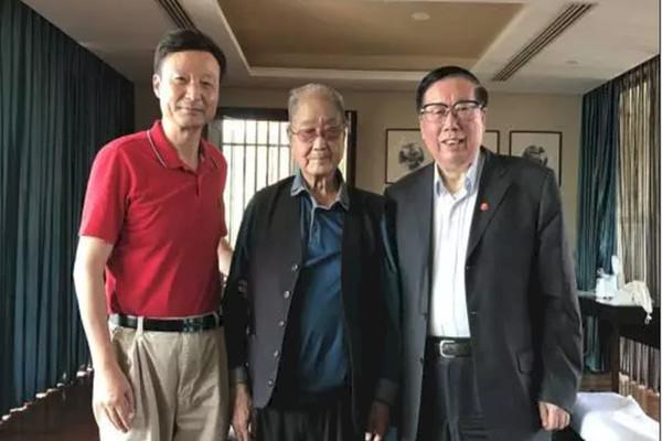 中共元老宋平(中)向退休官員喊話,呼籲他們如果「有能力」的話,可以做些公益事業。(網絡圖片)