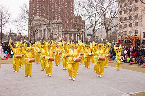 2017年2月11日,元宵節,紐約學員在華埠羅斯福公園舉辦表演活動,為當地民眾送福。(明慧網)
