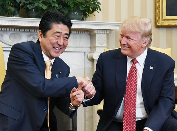 2月10日,日本首相安倍晉三和美國總統特朗普進行了會談。日本國際問題專家北野幸伯認為,預示美日關係將從奧巴馬時期的「冷遇狀態」,重新步入親密的戰略關係。稱安倍訪美獲得「大成功」。(Getty Images)