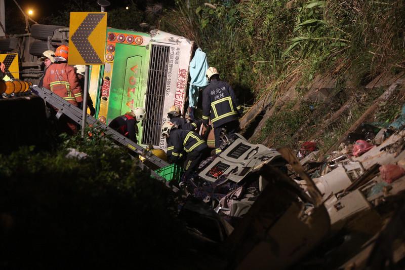 國道5號發生旅遊巴重大車禍,造成死傷慘重。台北市法務局主任消保官何修蘭今天說,會調查旅行社的行程安排及司機班表,是否涉及疲勞駕駛。(中央社)