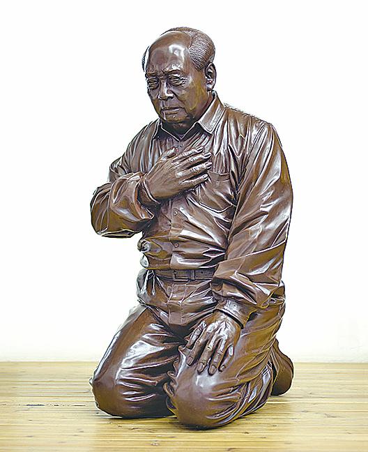 藝術家高兟、高強的作品《懺悔吧!毛澤東》。(大紀元資料室)