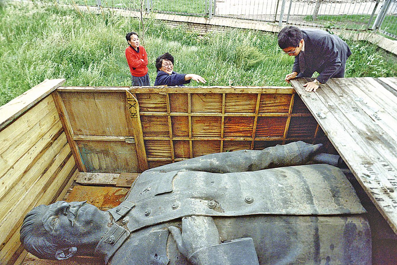 蒙古1990年移除了位於首都烏蘭巴托市中心國家圖書館前的史太林雕像。(Getty Images)