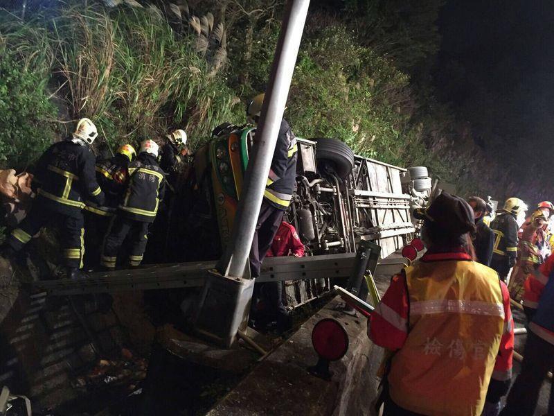 國道5號發生旅遊巴重大車禍,造成死傷慘重。台北市法務局主任消保官何修蘭今天說,會調查旅行社的行程安排及司機班表,是否涉及疲勞駕駛。(台北市消防提供)