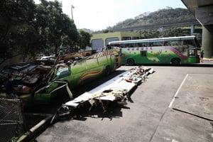 旅遊巴車身毀損嚴重 檢調派同款車勘驗
