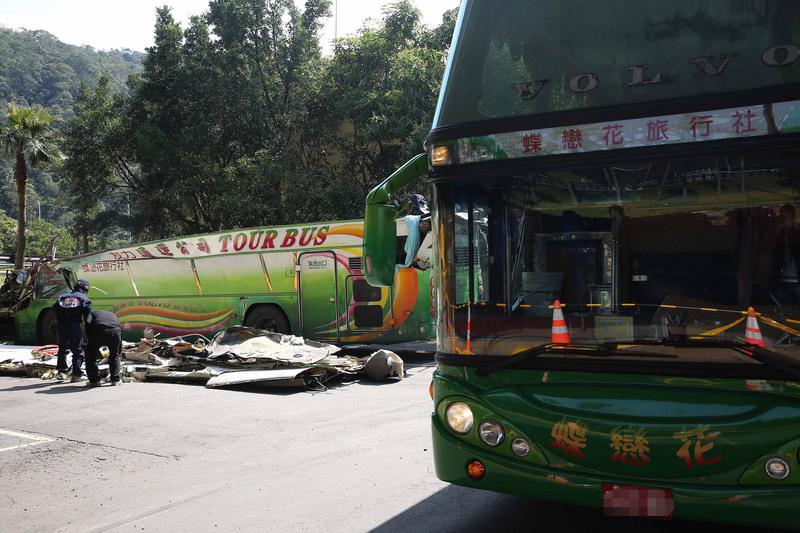 國道5號13日晚間發生33死嚴重車禍,士林地檢署檢察官14日中午勘驗肇事車體,但因車體嚴重毀損、變形,檢方要求旅遊巴業者調派同款車輛到場,方便比對。(中央社)