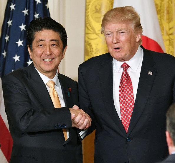安倍訪美,同時敲定了特朗普總統和彭斯副總統年內訪日的事宜,不過具體的日程安排則讓日本犯愁。(Getty Images)