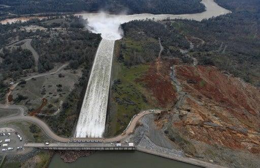 2月13日加利福尼亞州Oroville水庫的主泄洪道每秒釋放100,000立方英尺的水量。12日泄洪道出現破損後,近20萬居民被迫疏散。目前危險已經降低,維修正在繼續。(AFP PHOTO/Josh Edelson)