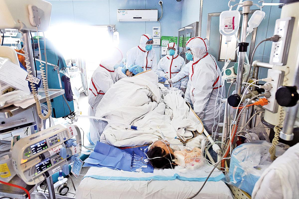 2月12日,一名罹患H7N9禽流感的病人,在湖北武漢醫院接受治療。(Getty Images)