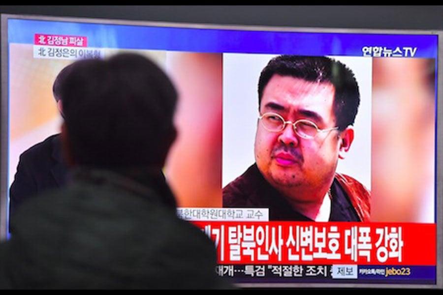 韓媒14日引述政府消息來源說,金正恩長兄金正男13日在馬來西亞遭兩名北韓女特工用「毒針」殺害。馬來西亞官員證實金正男已死,但未證實遭他殺。圖為南韓一男子觀看電視播報金正男的消息。(JUNG YEON-JE/AFP/Getty Images)