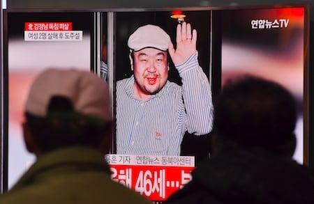 韓媒14日引述政府消息來源的話報道,金正恩長兄金正男在馬來西亞遭兩名北韓女特工用「毒針」殺害。馬來西亞官員證實金正男已死,但未證實遭他殺。圖為南韓人觀看電視播報金正男的消息。(JUNG YEON-JE/AFP/Getty Images)