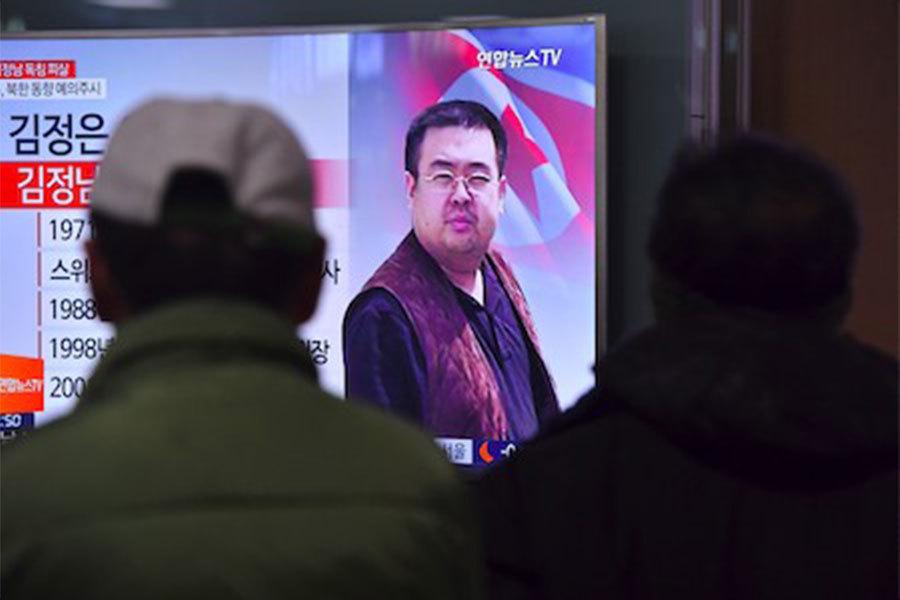 北韓領導人金正恩的長兄金正男,被證實13日死於馬來西亞。圖為南韓人觀看電視播報金正男的消息。(JUNG YEON-JE/AFP/Getty Images)