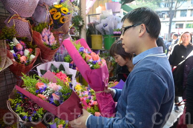 昨日不少男士趁情人節買花送給另一半,有花店指「99枝玫瑰」最受歡迎。(宋祥龍/大紀元)