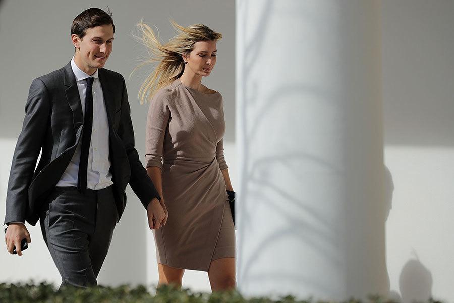 2月10日,伊萬卡和庫什納夫婦走在白宮西翼走廊。當時,兩人剛參加完美國總統特朗普和日本首相安倍的雙邊會議。(Chip Somodevilla/Getty Images)