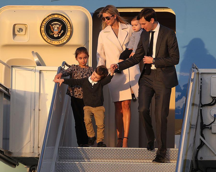 2月10日,伊萬卡夫婦與三個孩子一起乘坐空軍一號隨特朗普及日本首相安倍前往佛州棕櫚灘的Mar-a-Lago度假村。特朗普在那裏熱情款待了安倍夫婦。(Joe Raedle/Getty Images)