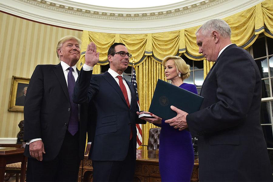2017年2月13日,特朗普提名的財政部長姆欽(左二)通過參議院表決,在彭斯的主持下宣誓。(MANDEL NGAN/AFP/Getty Images)