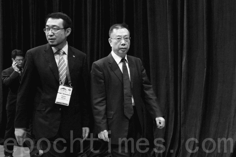 黃潔夫(右)與王海波(左)在去年8月份出席在香港會議展覽中心舉行的國際器官移植大會。(孫明國/大紀元)