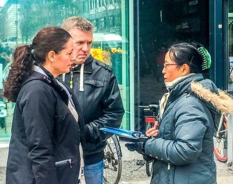 法輪功學員在瑞典科技中心傳播真相