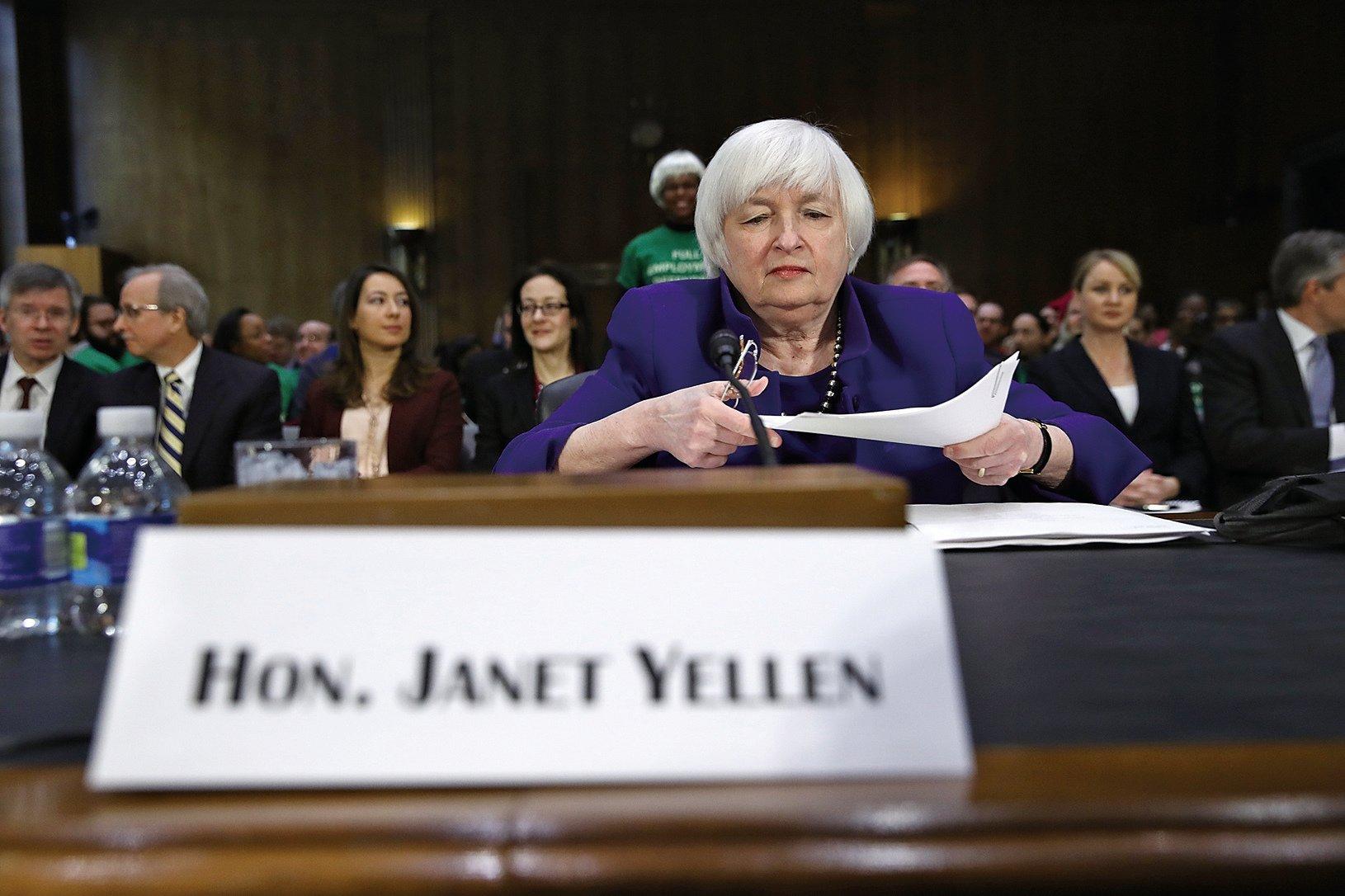 美聯儲主席耶倫14日出席國會聽證會時表示,在經濟持續增長及通貨膨脹上升之際,如果拖延加息時機,將是「不明智的」決定。(Win McNamee/Getty Images)