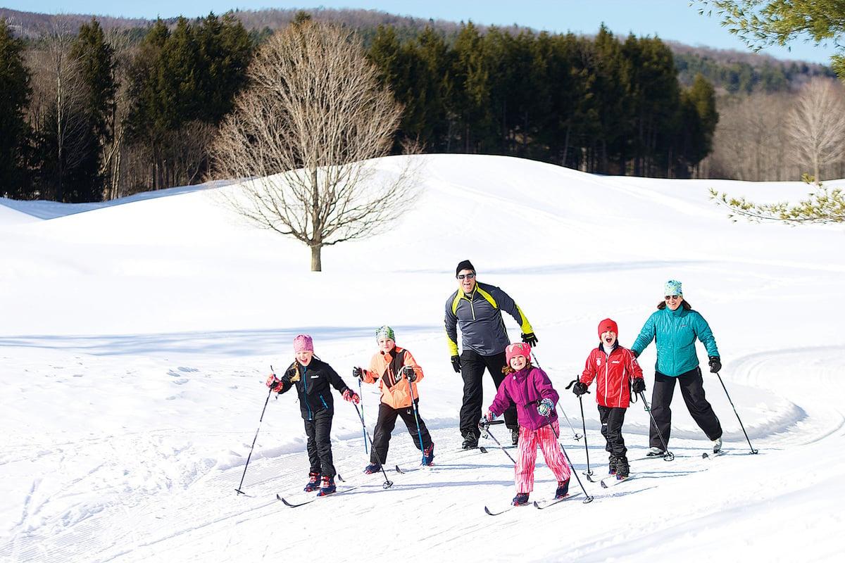 一家大小雪地健行。(Okemo滑雪渡假村提供)