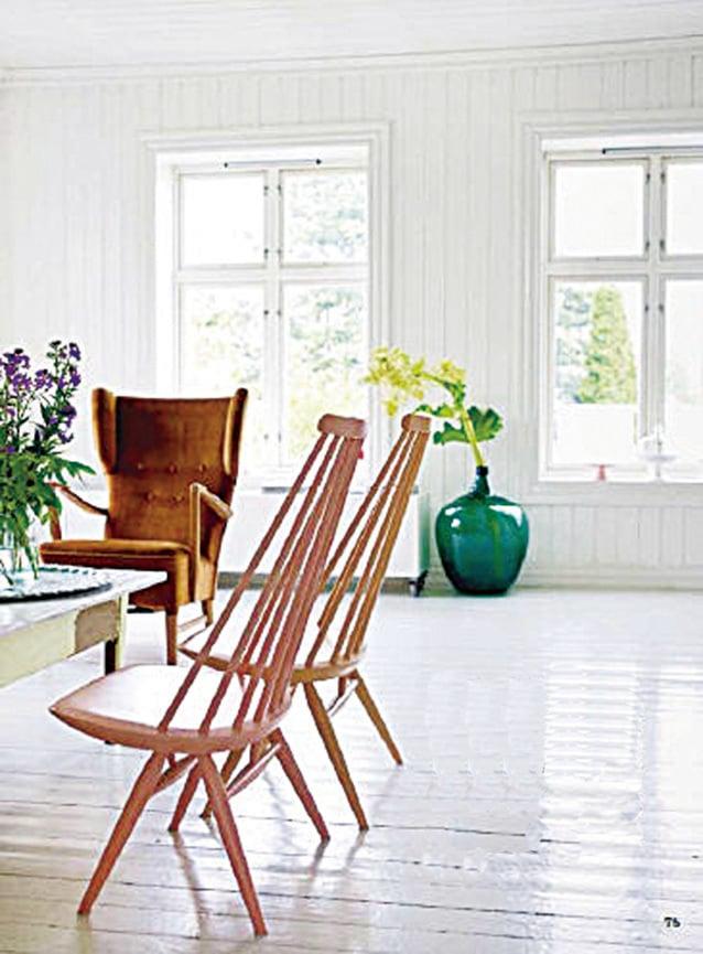 簡潔的白色木製鑲板牆,讓人倍感親切。木製傢俬形狀並不引人注目,而是漆上了豐富的色彩,例如粉紅色、桃子色和蘋果綠。相較之下,沙發是件中性且現代化的傢俬,可作為展示手感風格的背景。