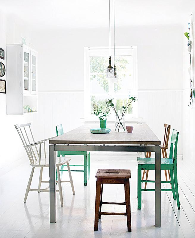 白色的木板可以反射自然光,讓黑暗的房間瞬間亮了起來。在地毯下隱藏多年的舊木質地板,打磨後會再度擁有嶄新的外觀。如果你考慮鋪設新的地板,選擇窄板可以讓狹小的空間顯得更寬,而寬板則適合比例平衡的大房間。
