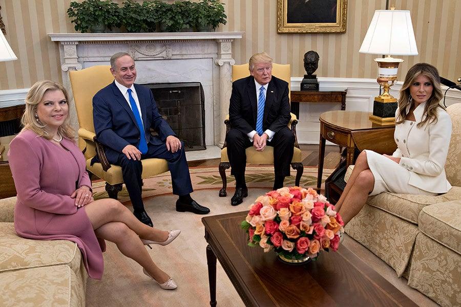 白宮國家安全顧問弗林(Michael Flynn)13日晚上提出辭呈,外媒分析,這是前奧巴馬政府高級官員策劃已久的「政治陰謀」。圖為特朗普夫婦在白宮接見以色列總理內塔尼亞胡(Benjamin Netanyahu)及其夫人。(Andrew Harrer-Pool/Getty Images)