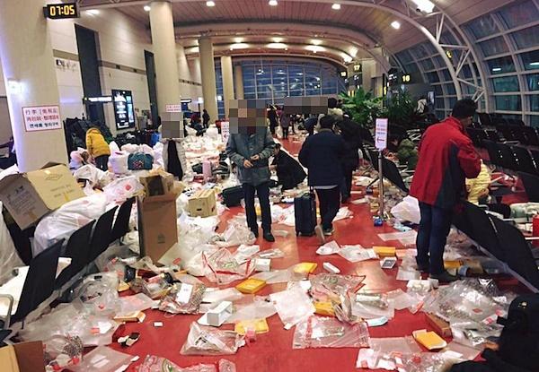 2月12日上午,中國遊客乘飛機離去後,濟州機場一度成為垃圾場。(網路圖片)