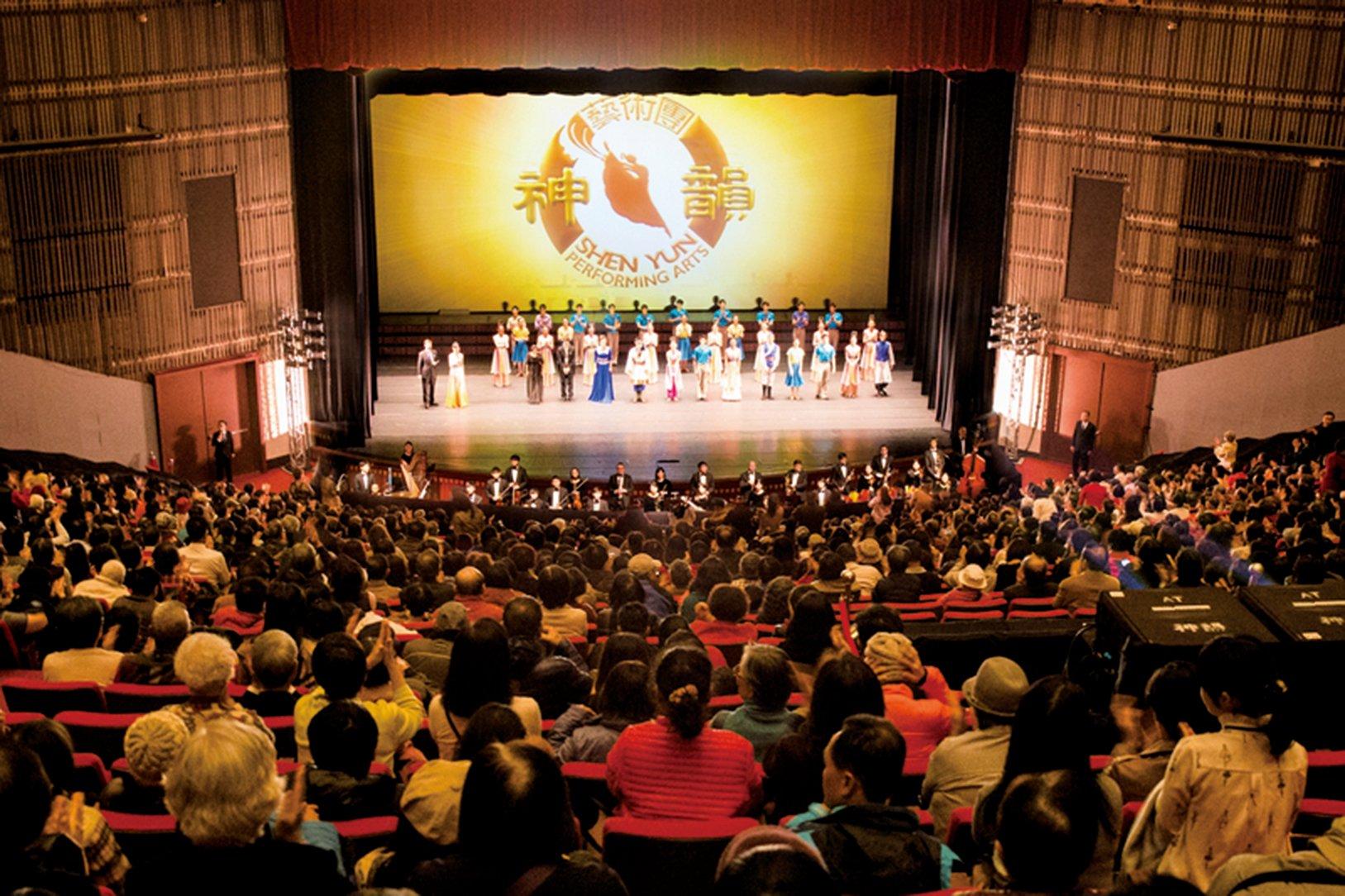 美國神韻紐約藝術團2月15日下午,在台北國父紀念館舉行台灣巡演首場演出,現場座無虛席。(陳柏州/大紀元)