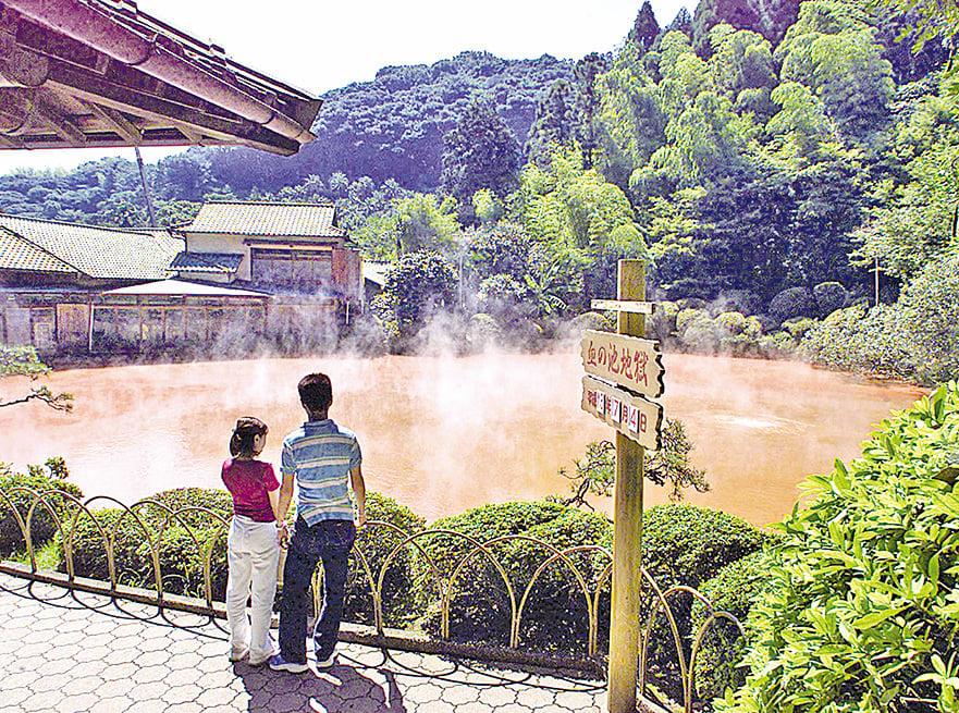 日本血池溫泉池水色紅如血。(AFP/Getty Images)