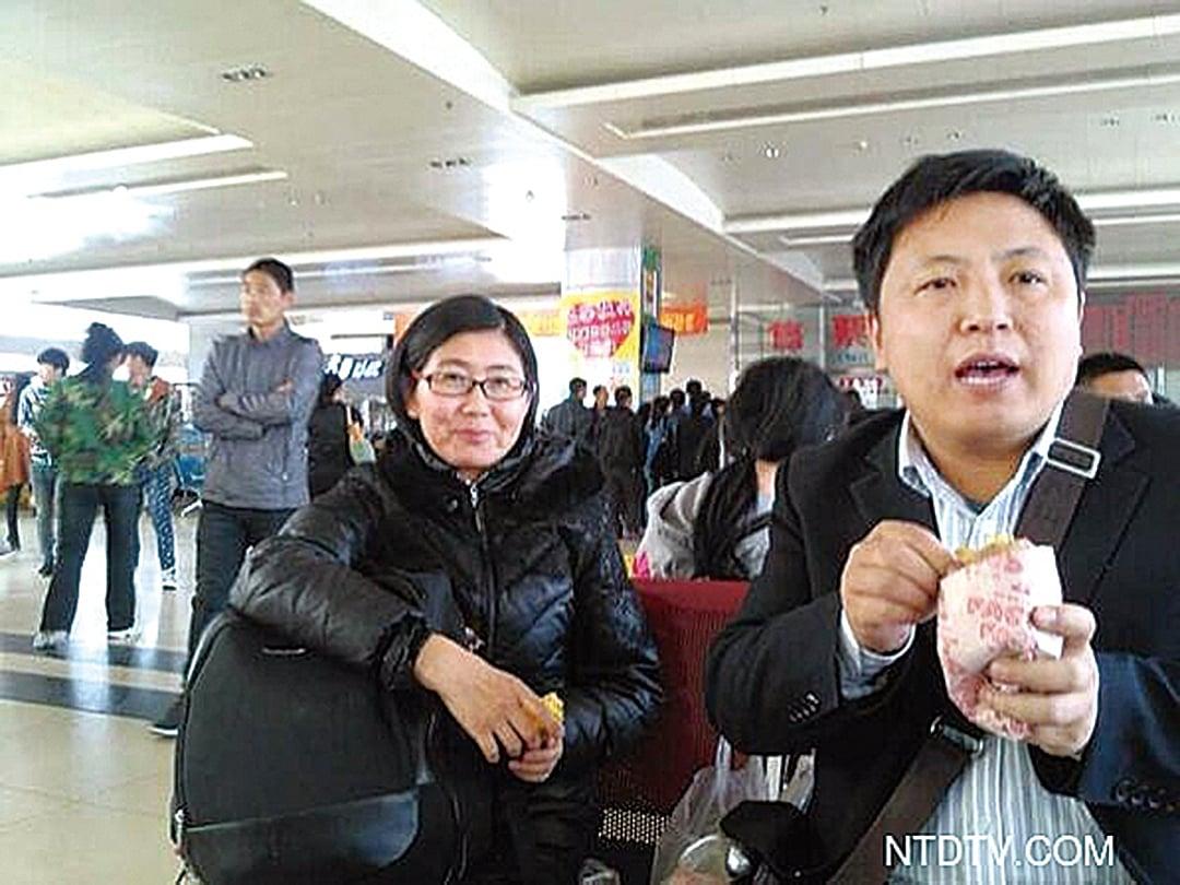 2014年4月4日,陳建剛律師(右)與王宇律師(左)赴建三江,聲援被拘捕的4位人權律師。(新唐人電視台)