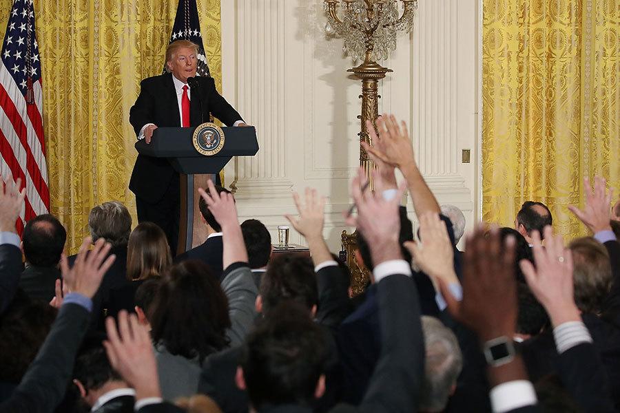 記者把握機會,踴躍提問。(Mark Wilson/Getty Images)