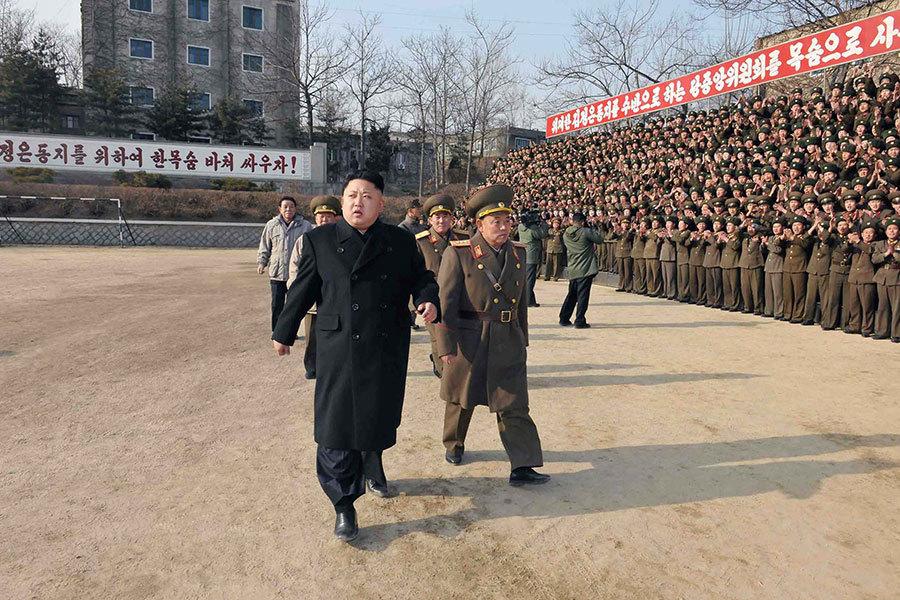 在北韓平壤的外國記者12日被官員告知,要為13日的「大事」做準備。這不禁引人聯想,北韓是否將有甚麼大的異動。圖為金正恩2014年在一次閱兵儀式上。(KNS/AFP/Getty Images)
