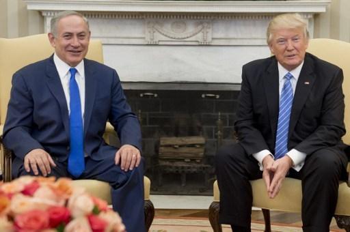 2017年2月15日,美國總統特朗普和以色列總理內塔尼亞胡在白宮的橢圓形辦公室裡舉行會議。(SAUL LOEB/AFP)