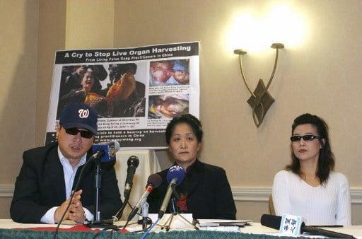 2006年4月26日在維珍尼亞州阿靈頓舉行的新聞發佈會上,中國記者彼得、醫學博士王文儀、證實中共當局活摘法輪功學員器官的證人安妮出席。 (AFP PHOTO/Nicholas KAMM)