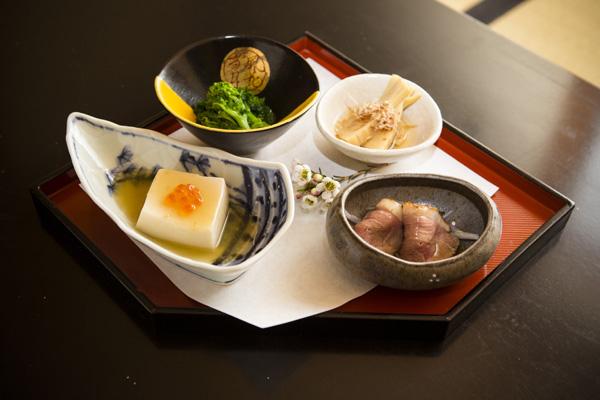 春季時令配菜——鮭魚仔豆腐、和風芥末綠菜花 、竹筍土佐煮、烤鴨肉片。(愛德華/大紀元)