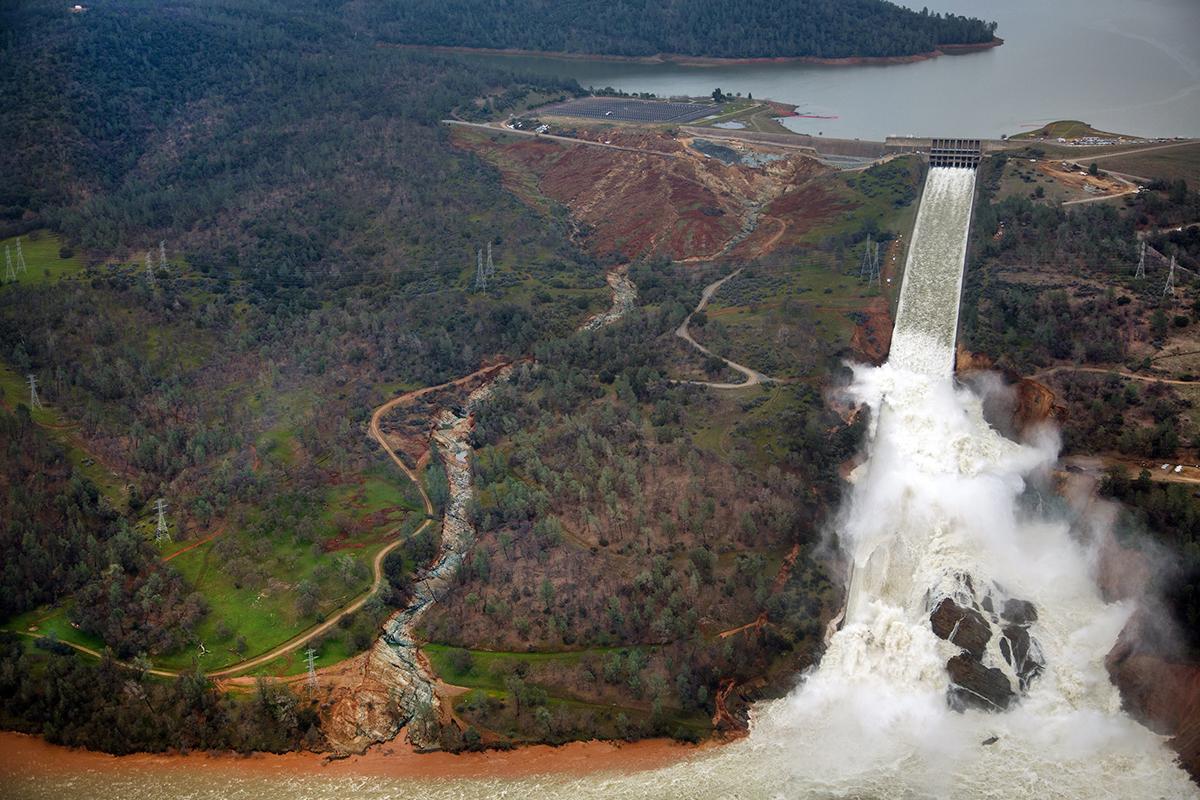 北加州暴雨導致奧羅維爾(Oroville Dam)水庫危機,引發近20萬人撤離。圖為2月15日主要洩洪道繼續排水如Feather河。(圖片來源:加州水資源部)