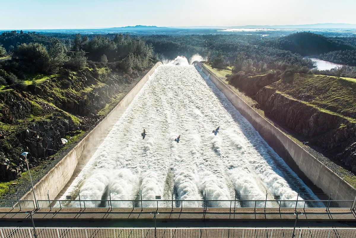 北加州暴雨導致奧羅維爾(Oroville Dam)水庫危機,引發近20萬人撤離。圖為2月11日,主洩洪道在排水。(加州水資源部)