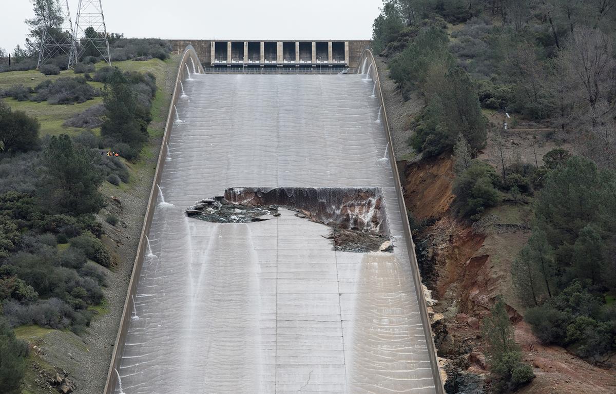 北加州暴雨導致奧羅維爾(Oroville Dam)水庫危機,引發近20萬人撤離。圖為2月7日,主洩洪道上的坑洞被發現。(加州水資源部)