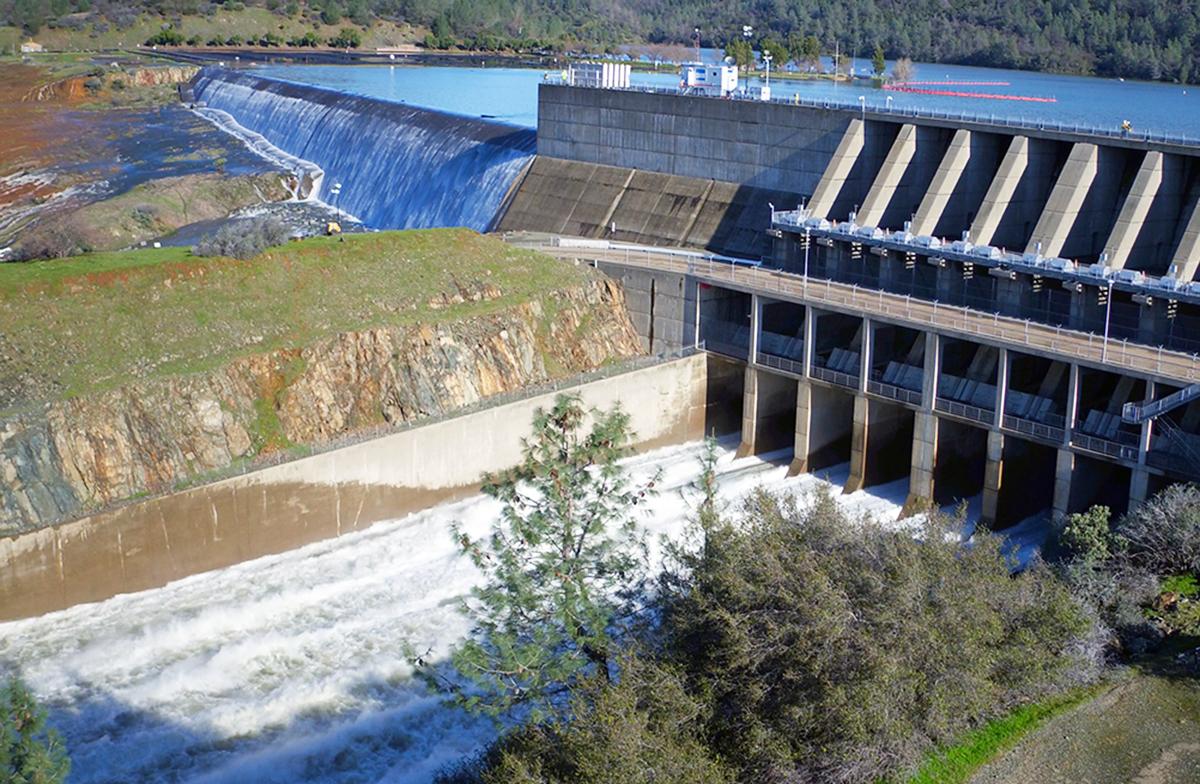北加州暴雨導致奧羅維爾(Oroville Dam)水庫危機,引發近20萬人撤離。圖為2月11日,水庫水位開始漫過擋水牆,直瀉而下沖入緊急洩洪道(左上)。右邊是主洩洪道在排水。(加州水資源部)
