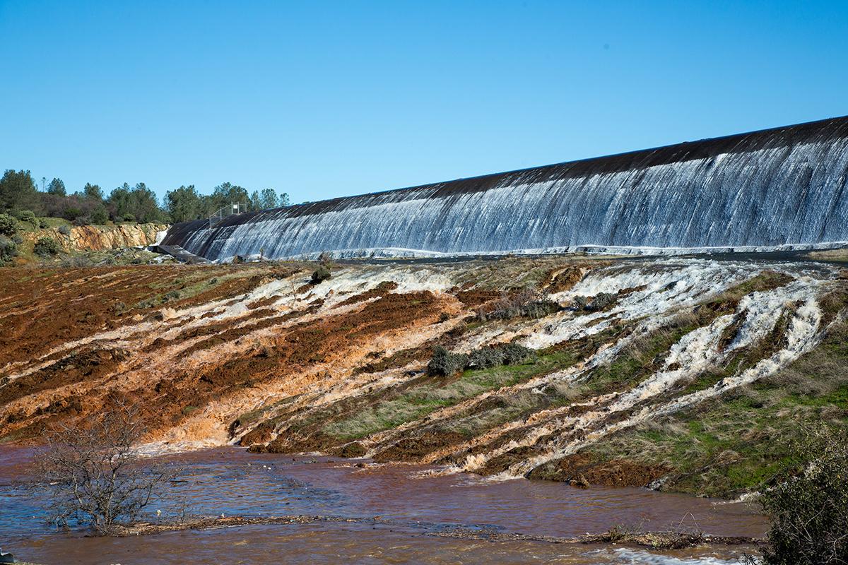 北加州暴雨導致奧羅維爾(Oroville Dam)水庫危機,引發近20萬人撤離。圖為2月11日,水庫水位開始漫過擋水牆,直瀉而下沖入緊急洩洪道。(加州水資源部)