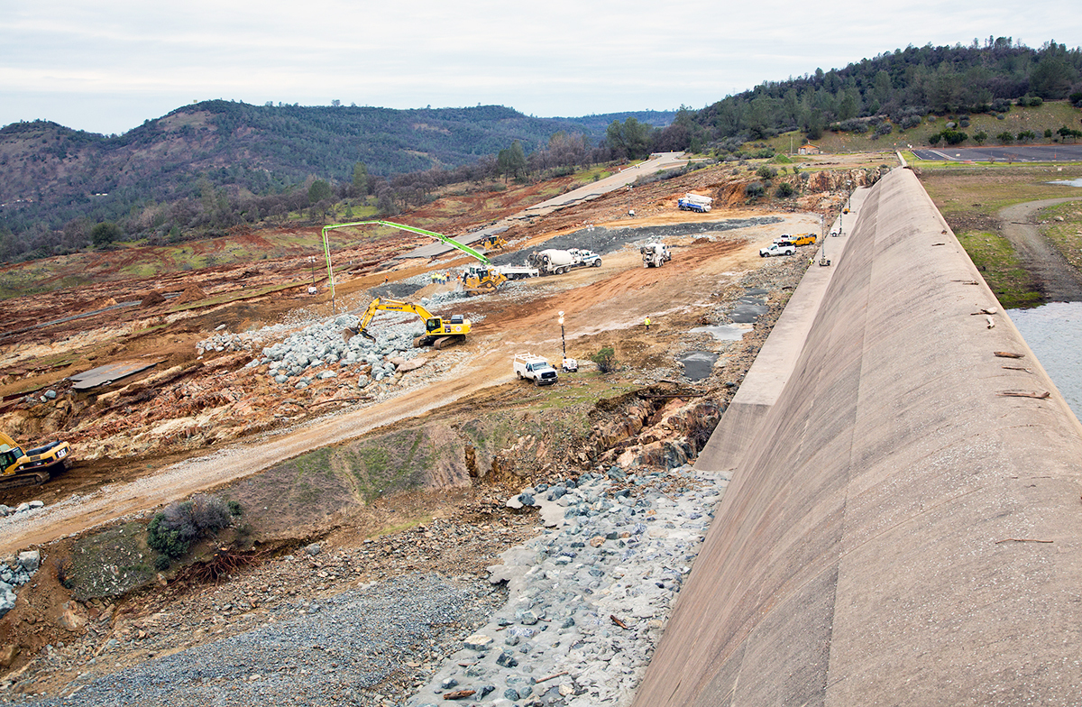 北加州暴雨導致奧羅維爾(Oroville Dam)水庫危機,引發近20萬人撤離。圖為2月15日,擋水牆和緊急洩洪道一瞥。(加州水資源部)