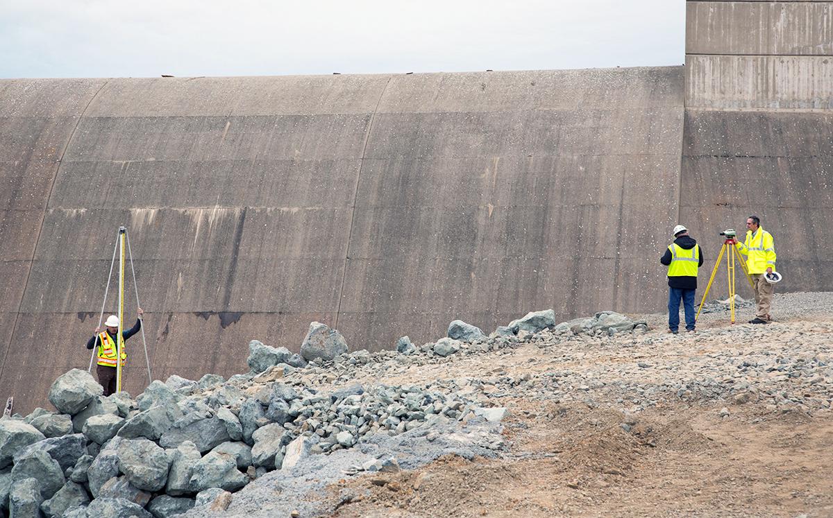 北加州暴雨導致奧羅維爾(Oroville Dam)水庫危機,引發近20萬人撤離。圖為2月15日擋水牆下的緊急洩洪道。(加州水資源部)