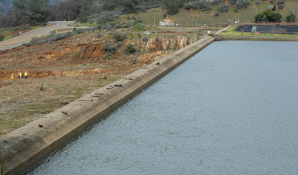 北加州暴雨導致奧羅維爾(Oroville Dam)水庫危機,引發近20萬人撤離。圖為2月13日,水庫水位已經下降。(加州水資源部)