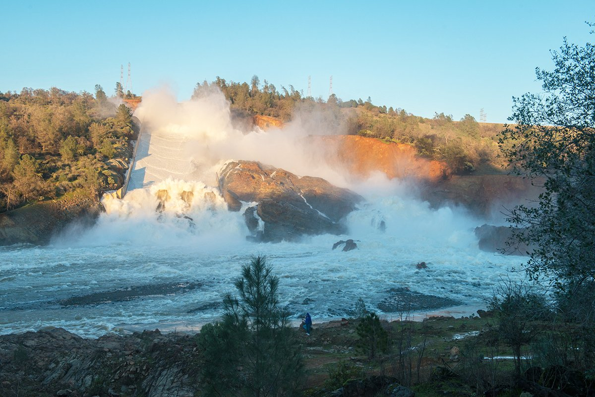 北加州暴雨導致奧羅維爾(Oroville Dam)水庫危機,引發近20萬人撤離。圖為2月11日,水庫通過主洩洪道排水入Feather河。(加州水資源部)