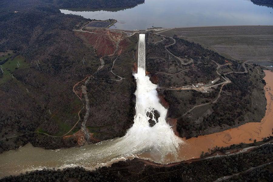 加州暴雨天氣接連不斷,本周末將迎來本季最強暴風雨。圖為2月13日加州奧羅維爾水壩(Oroville Dam)每秒鐘釋放10萬立方英尺的洪水。(JOSH EDELSON/AFP/Getty Images)