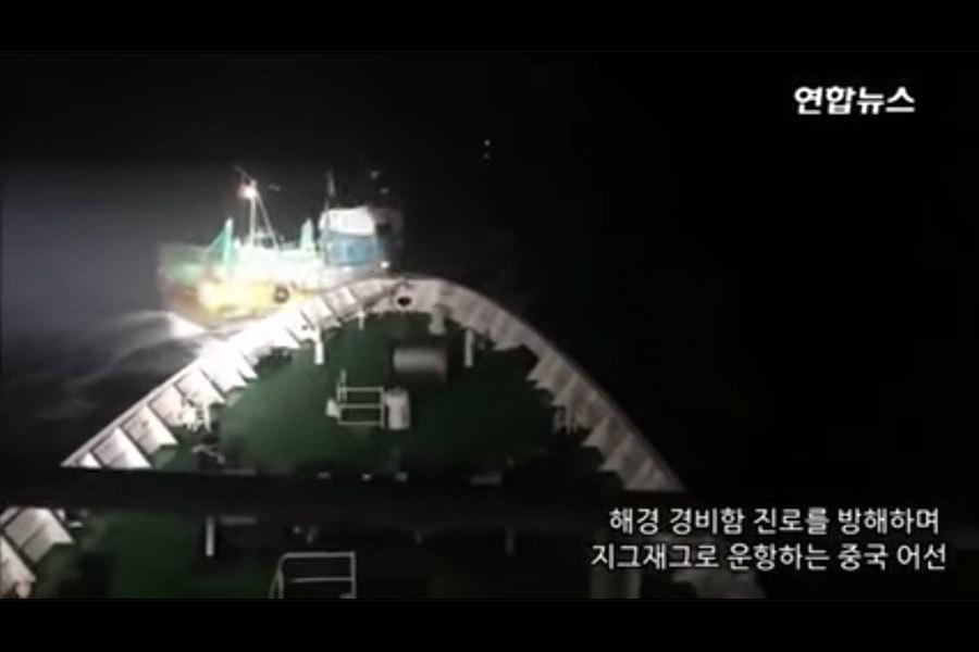 南韓海警日前對越界非法捕撈的70多艘中國大陸漁船展開執法行動,卻遭到對方強力反抗,其中有40艘漁船曾一度集體衝撞韓警巡邏艦,南韓海警則開槍示警,共發射900發子彈。(視像擷圖)