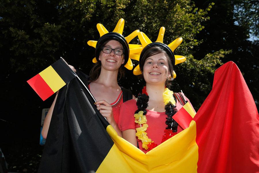 圖為揮舞著國旗的比利時女子。(Dean Mouhtaropoulos/Getty Images)