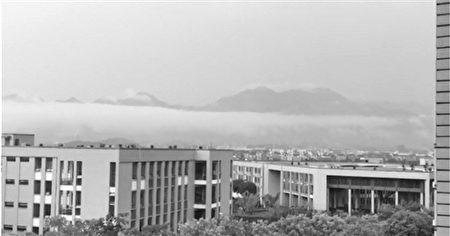 2016年6月1日,浙江桐廬出現海市蜃樓奇景,圖為雲上有山巒。(視像擷圖)